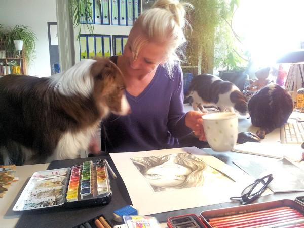 Hund Mailaka hilft Frauchen beim Malen