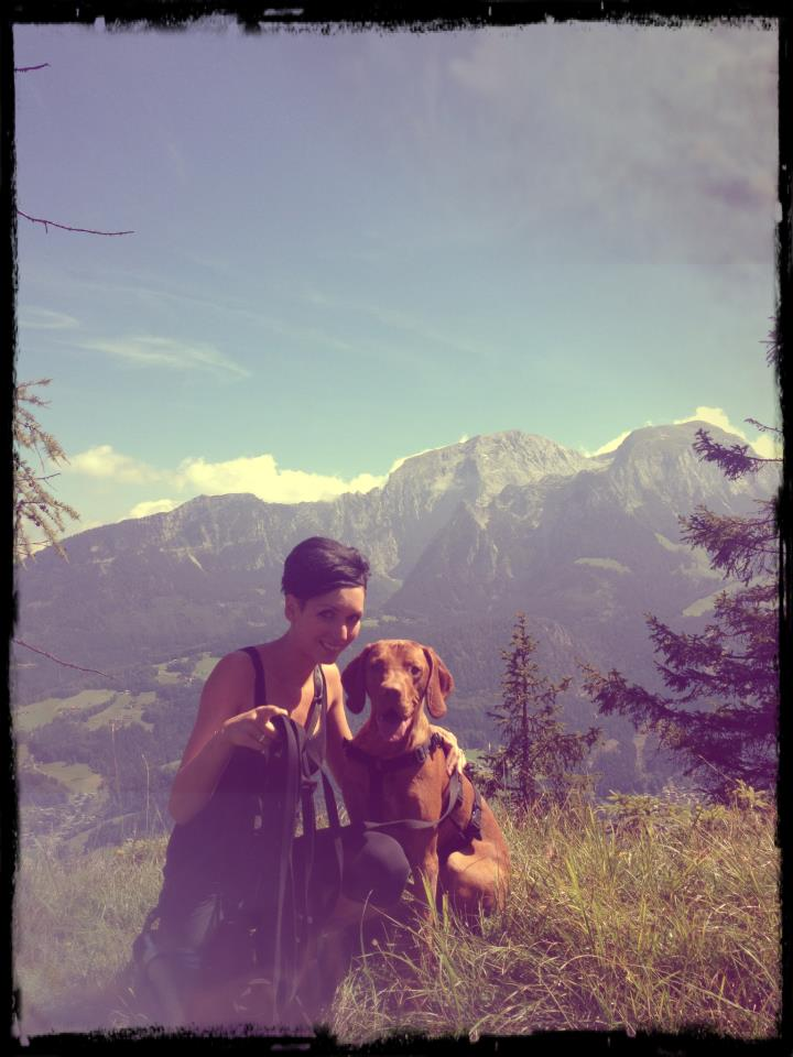 Silvia Engelsberger mit Viszla in den Alpen