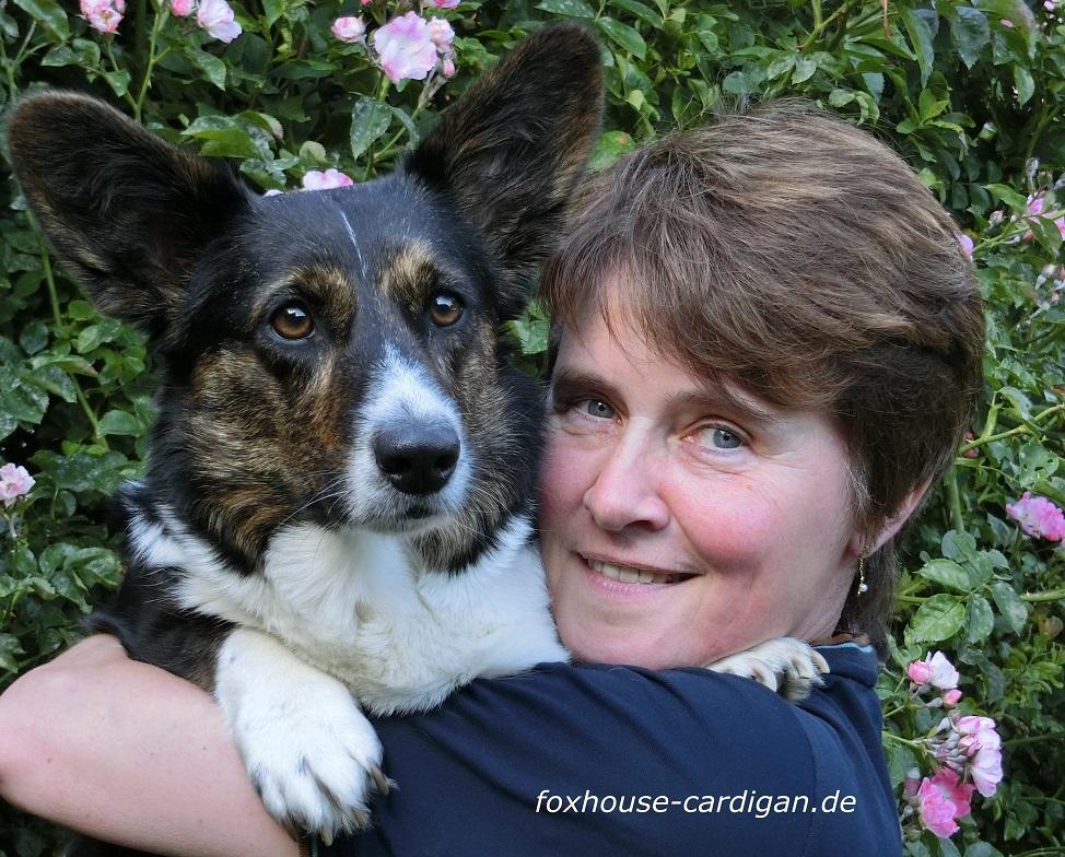 Martina Fuchs mit Welsh Corgi Cardigan