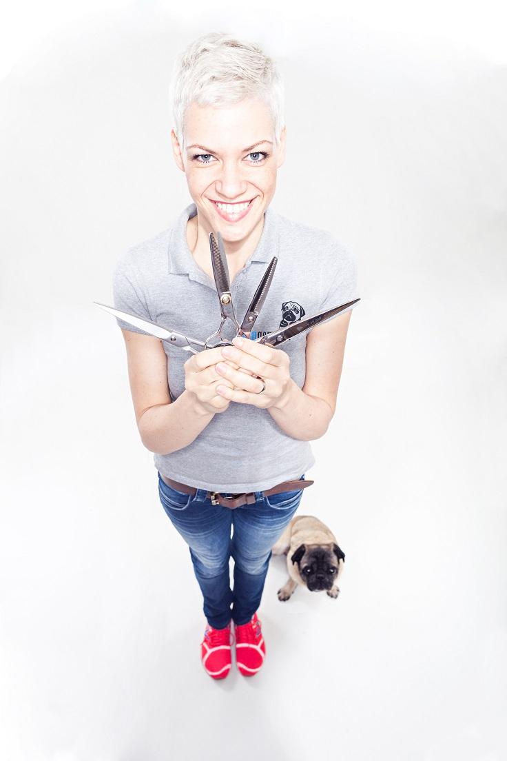 Hundefriseurin Franziska Knabenreich mit den Scheren und ihrem Hund