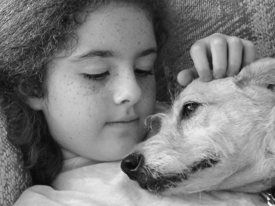 Mädchen mit Hund sw