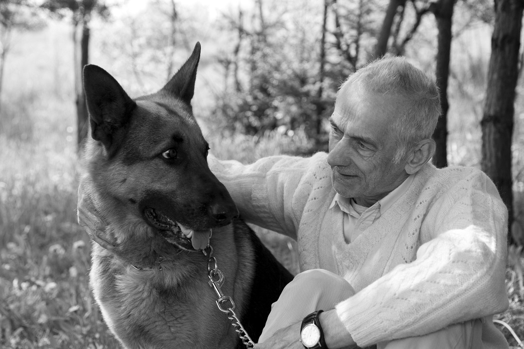 Älterer Herr mit Hund