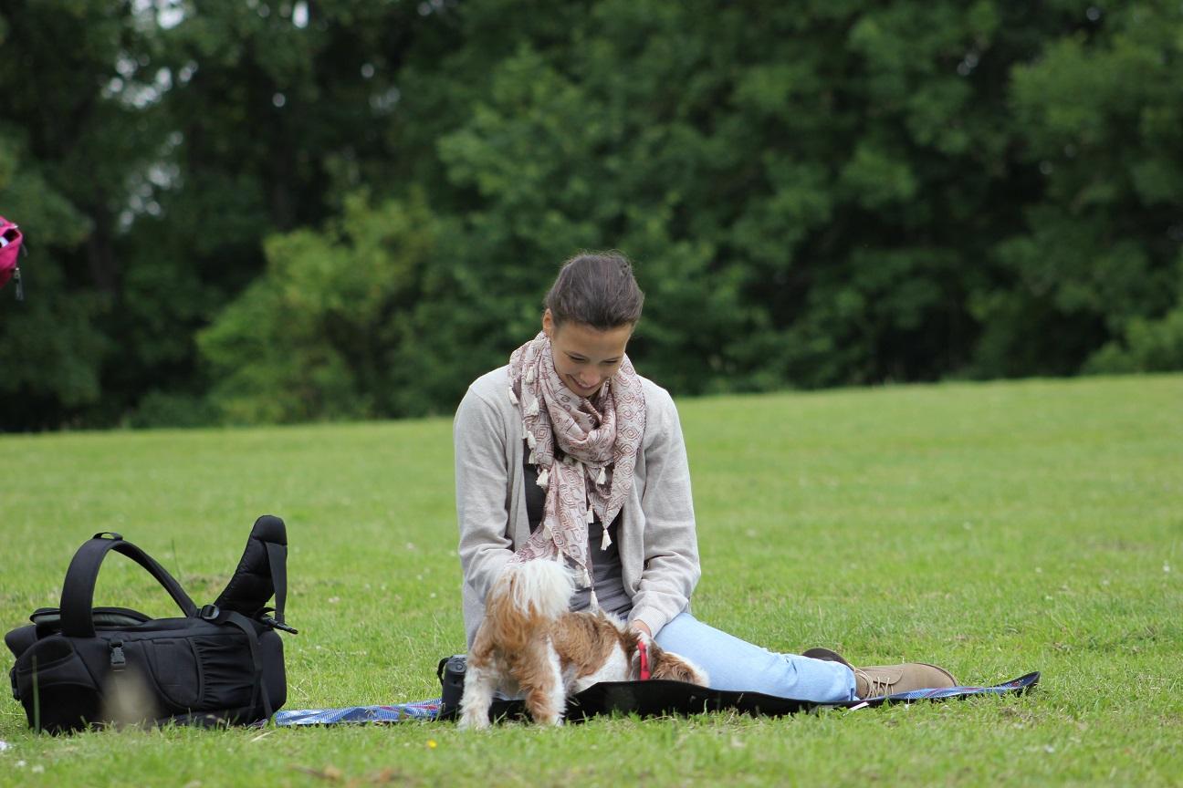 Laura Herale im Portrait mit Hund