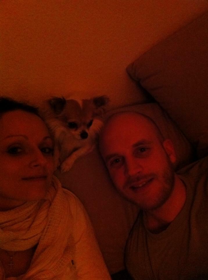 Hund Emilio mit Frauchen und Herrchen auf der Couch