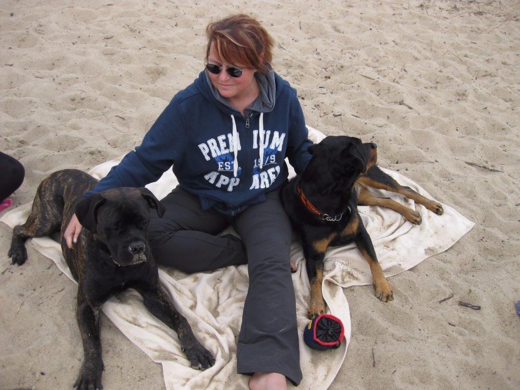 Stefanie Masur mit Hunden am Strand