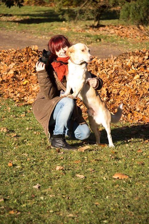 Isabelle Koschke mit Hund im Herbstlaub